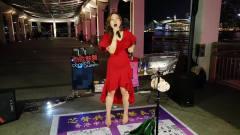 香港女歌手芯妮演唱《宝贝对不起》,劲歌热舞
