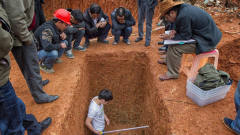撬开汉代巨型棺材, ,棺内满是清水,考古家看了