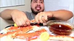 外国吃播大胃王小伙吃肥美的帝王蟹腿,蘸酱汁