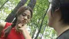 少妇被两个男子绑在树上,对着美女动手动脚,