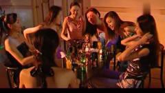 众美女在酒吧热舞,台下小伙都忍不住凑了过去