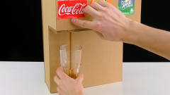 牛人用纸板制作可乐、雪碧和芬达3种饮料自动售