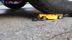 牛人大叔使用小汽车碾压模型玩具汽车,看着都