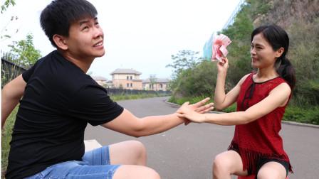 骗子街头摆拼字游戏,两根筷子拼出8,高智商美