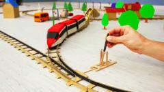 牛人自制火车能变形换轨道运行,陪孩子一起完
