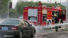 消防车疯狂鸣笛赶去救火,谁知轿车杵在原地死