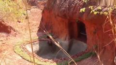 城里房子太贵买不起,牛人在山中挖出泳池别墅