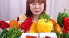 辣椒直接往嘴里塞,韩国美女表情狰狞,应该辣