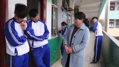 老师让王小九去隔壁班要粉笔,岂料后门出前门
