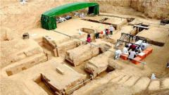 考古队挖掘千年大墓,发现46名女子赤裸殉葬,专