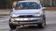 牛人给汽车装上两个方向盘,这开起来是啥效果