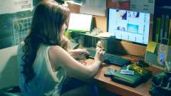 美女深夜加班时,却在办公室里自拍,老板竟对她做了这种可怕的事!