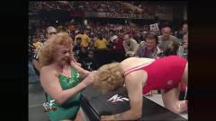 WWE:老太太也疯狂?参加WWE争夺金腰带?一把年