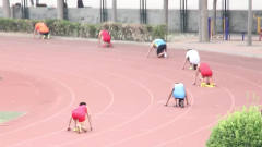 中小学运动会,这跳远选手,一看就是体育生!