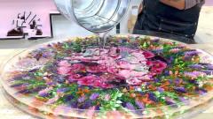 几桶环氧树脂制作成餐桌,桌面开满了花,牛人
