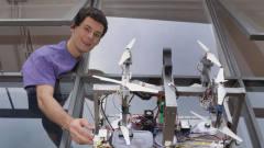 牛人研发擦玻璃机器人,带8个旋翼飞着擦,赢得