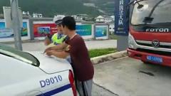 搞笑视频精选君:碰瓷碰交警,大喊我都被你气