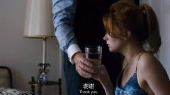 杀手真是太狠了,给美女倒了一杯水,结果美女