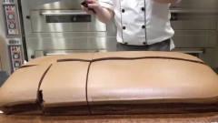奇聞趣事:這么大的面包你見過嗎?足足1米長,