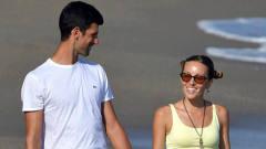 小徳携家人赴西班牙度假,与妻子海滩漫步深情