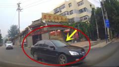 右转司机疯狂鸣笛,黑色轿车当没看见,不是拍
