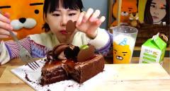 韩国美女,吃可乐蛋糕,大口吃口感真香滑