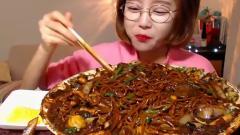 韩国美女大胃王吃中国美食炸酱面,洋葱青椒全