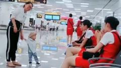 搞笑视频:我儿子不知道和谁学的,一看到空姐