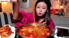 韩国美女Dorothy多萝西吃牛小肠火锅,诧异中国宽