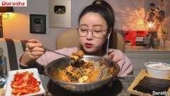 韩国美女Dorothy吃蔬菜拌饭,不料比火鸡面还辣,