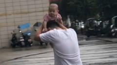搞笑视频:没错,我就是我爸爸的贴心小雨伞!