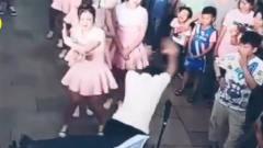 搞笑视频:这个大哥,你把正经跳舞的小姐姐吓