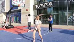 美女模仿蔡徐坤打球,这技术秒杀所有人,就是