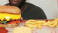 吃播大胃王:黑人小哥边听音乐边吃薯条汉堡,