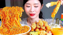 韩国美女吃货,吃面条和炸虾仁,发出咀嚼音,