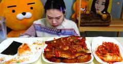 韩国美女,吃两款不同做法鳗鱼,大口吃真香