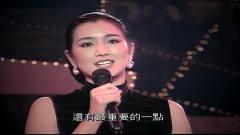 当年巩俐为刘德华颁发音乐奖,巩俐端庄大气,