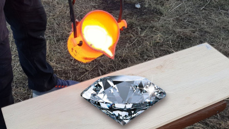 牛人把铜水浇在500克拉的钻石上,结果下一秒就