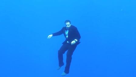 不需要呼吸的男人?牛人水下憋气长达24分钟创造