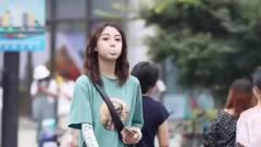 街拍选秀:美女笑得泡泡糖都快掉了,不过这样的笑容真的好甜啊