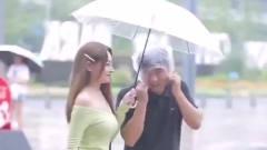 街拍摄影:最美的不是下雨天,而是你帮助他人的瞬间,果然人美心灵也美