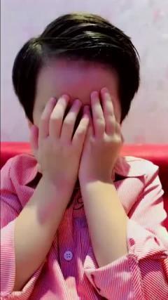 小萌娃拍搞笑视频,网友:你可真是个戏精