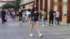 街拍美女,一个清甜的女孩,一边走路一边想着什么