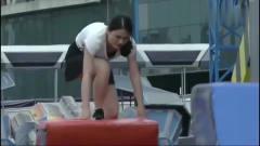 勇者大冲关:美女老师穿裙子来闯关,一脸痛苦