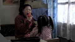 弟弟拿了一个苹果给嫂子吃,嫂子一口咬下去竟