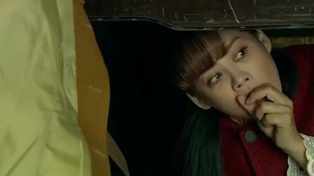 美女躲在床下,谁知小鬼子带姑娘回来工作,美