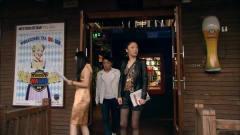 美女找工作受阻,酒吧买醉遇贵人,竟不识抬举