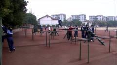 名校:学校实行军事化训练,同学们负重运动,
