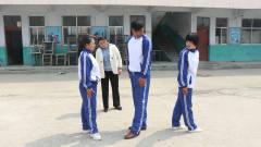 体育课老师教学生齐步走,一个顺拐的学生带偏