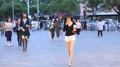 三里屯街拍:长袖黑衫搭配白热裤,黑白配最能